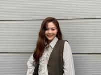 문채원  여자  23세  미소짓는 정면 얼굴