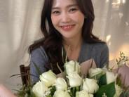 문채원  여자  26세  미소짓는 정면 얼굴